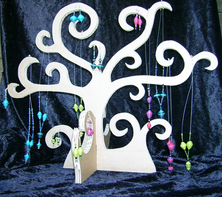 http://les-cartons-de-janete.over-blog.com/article-arbre-a-bijoux-108752474.html