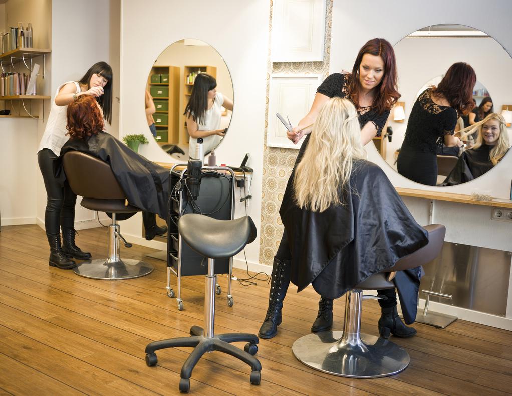 Mobilier salon de coiffure : que choisir comme style tendance ?