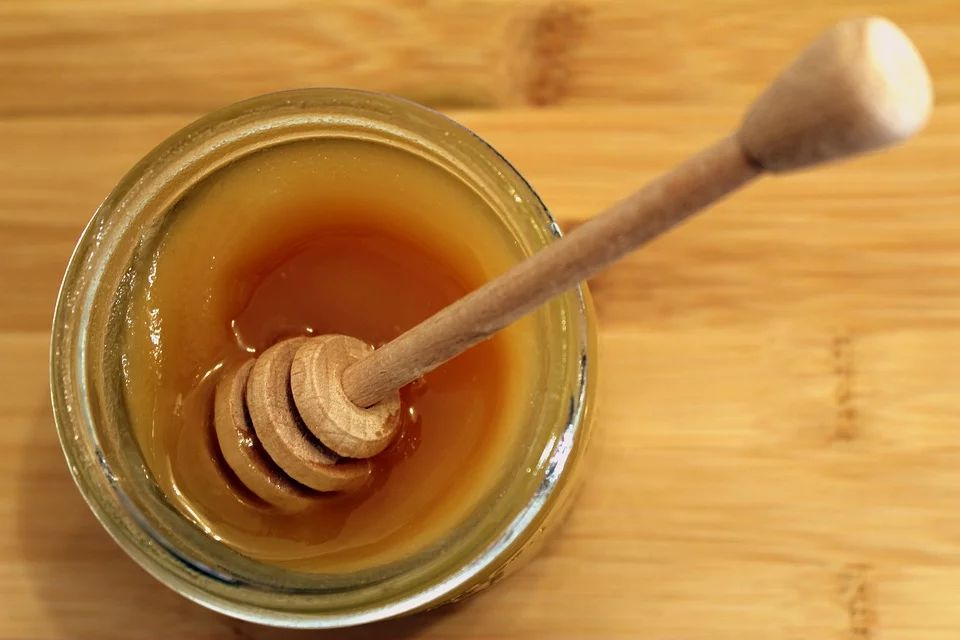Vous avez la voix enrouée, des difficultés pour avaler et une toux persistante ? Débarrassez-vous rapidement de votre mal de gorge avec le miel !